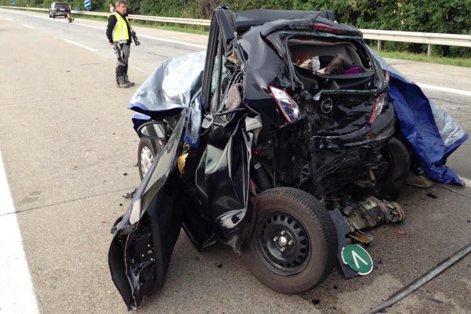 In diesem Wrack starben im Juni 2015 nahe Viernheim (Hessen) bei einem Auffahrunfall zwei Menschen. Der Lkw-Fahrer steht nun vor Gericht. (Archivbild)