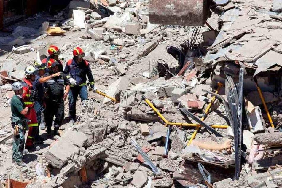 Rettungskräfte suchen unter den Trümmern nach Überlebenden. (Symbolbild)