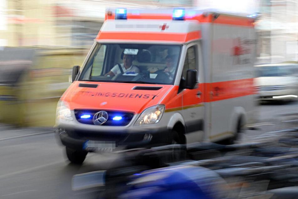 Die 77-Jährige wurde bei dem Unfall verletzt und musste in ein Krankenhaus gebracht werden. (Symbolbild)
