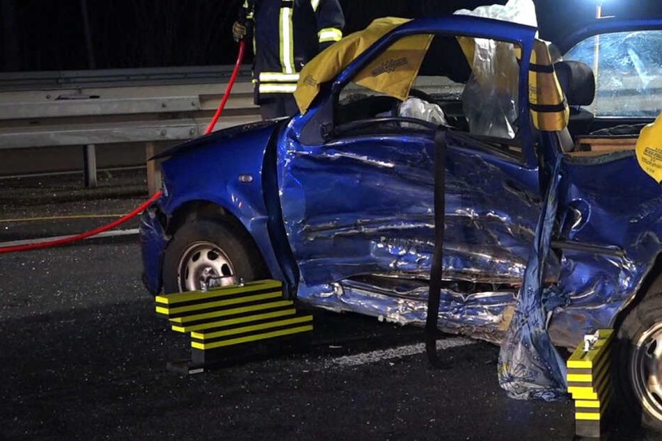 Das Foto zeigt ein beschädigtes Auto am Unfallort.