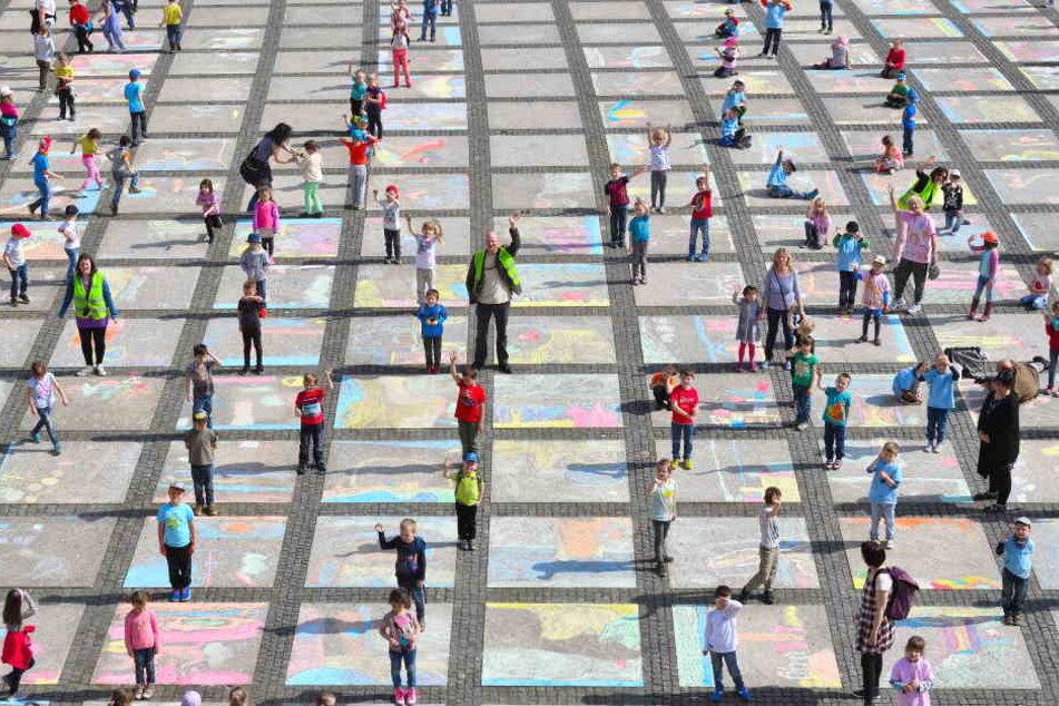 Mit Kreide konnte jedes Kind ein Quadrat auf dem Platz selbst gestalten.