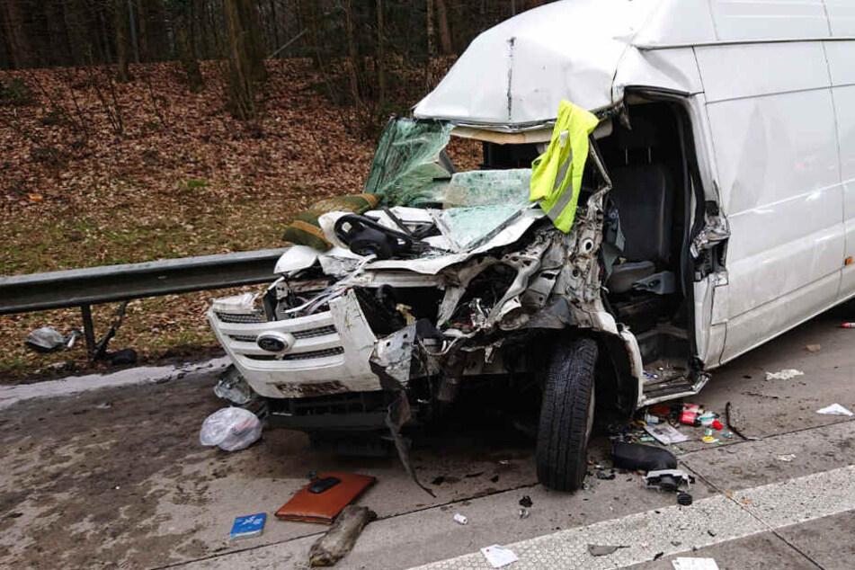 Der Transporter wurde bei dem Unfall stark beschädigt.