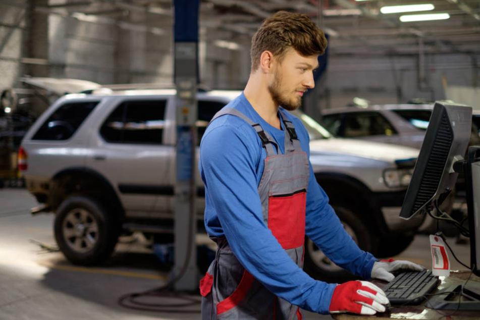 Mechaniker fanden beim Werkstattbesuch ein ungewöhnliches Gerät am Auto einer Hamburgerin (Symbolbild).