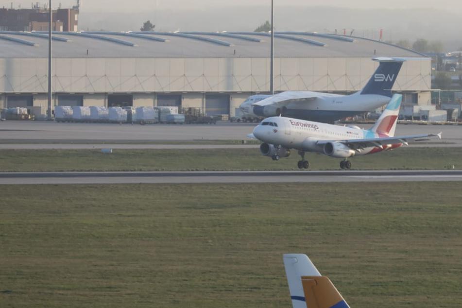 Mit einer Eurowings-Maschine landeten am Donnerstag die ersten Erntehelfer in Leipzig.