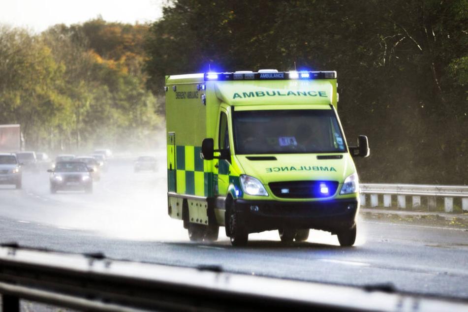 Ein Rettungswagen rast zu einem Krankenhaus. In diesem Fall war dieser nicht nötig. (Symbolbild)