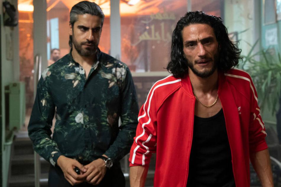 Hisham Al-Fadi (Burak Yigit) gesteht bei seinem Bruder Machmoud Al-Fadi (Atheer Adel), dem Clanchef, seine Flucht.