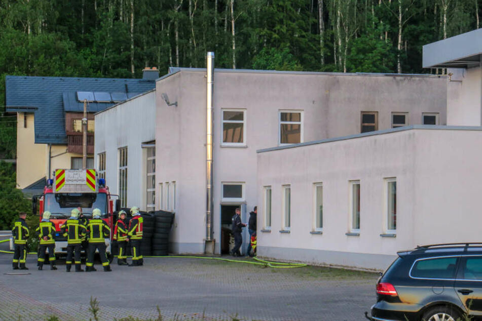 Als die Einsatzkräfte eintrafen, stand an einem Autohaus ein Müllcontainer in Flammen.