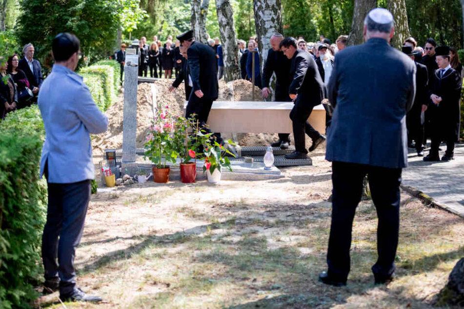 Männer tragen bei der Beisetzung von Filmproduzent Artur Brauner auf dem Jüdischen Friedhof Heerstraße den Sarg zum Grab.