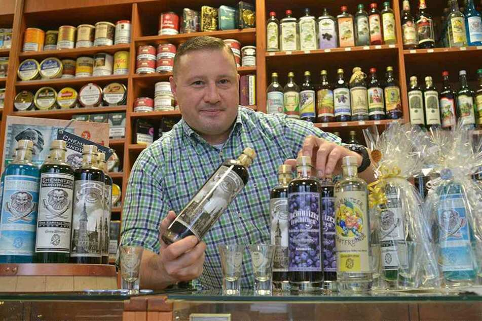 Chemnitz kann man trinken: Daniel Bartzschke (39) zeigt typische Spirituosen und Liköre im Laden Georg Bliedung.
