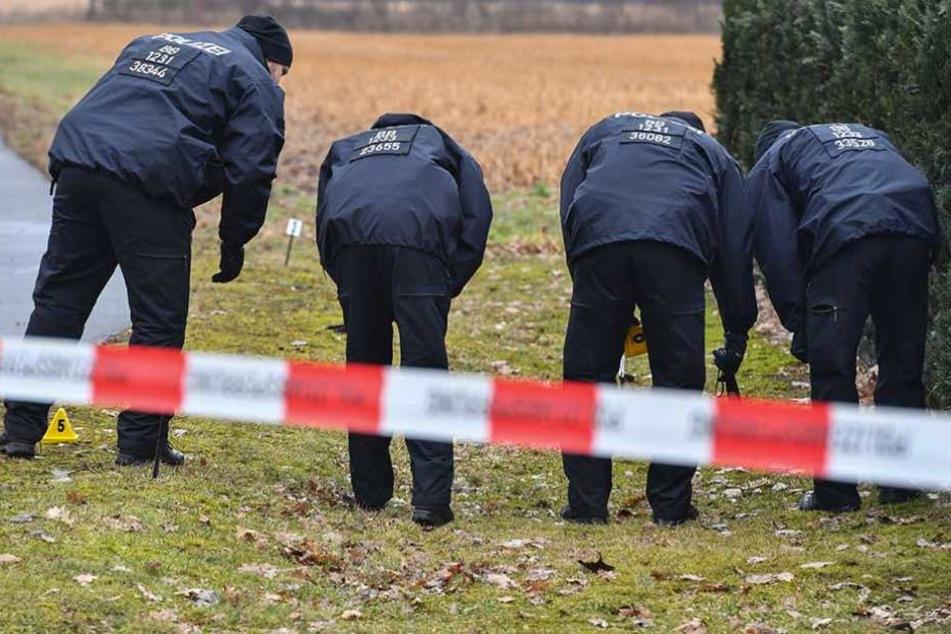 Polizisten suchen am Tatort nach Spuren. Dort wurden zwei ihrer Kollegen tot gefahren.