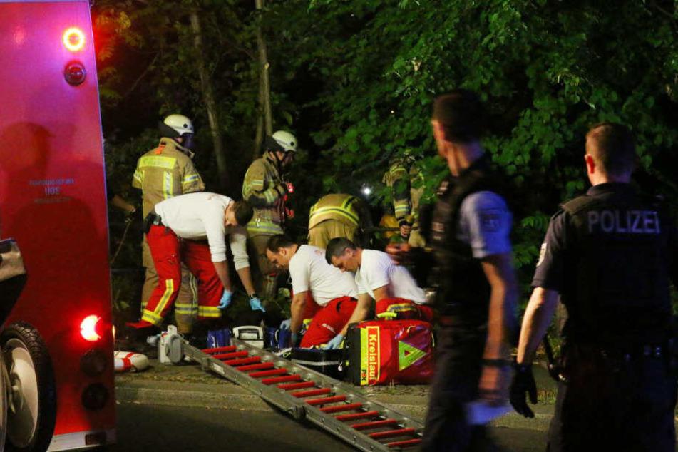 Rettungskräfte kümmern sich um den Mann.