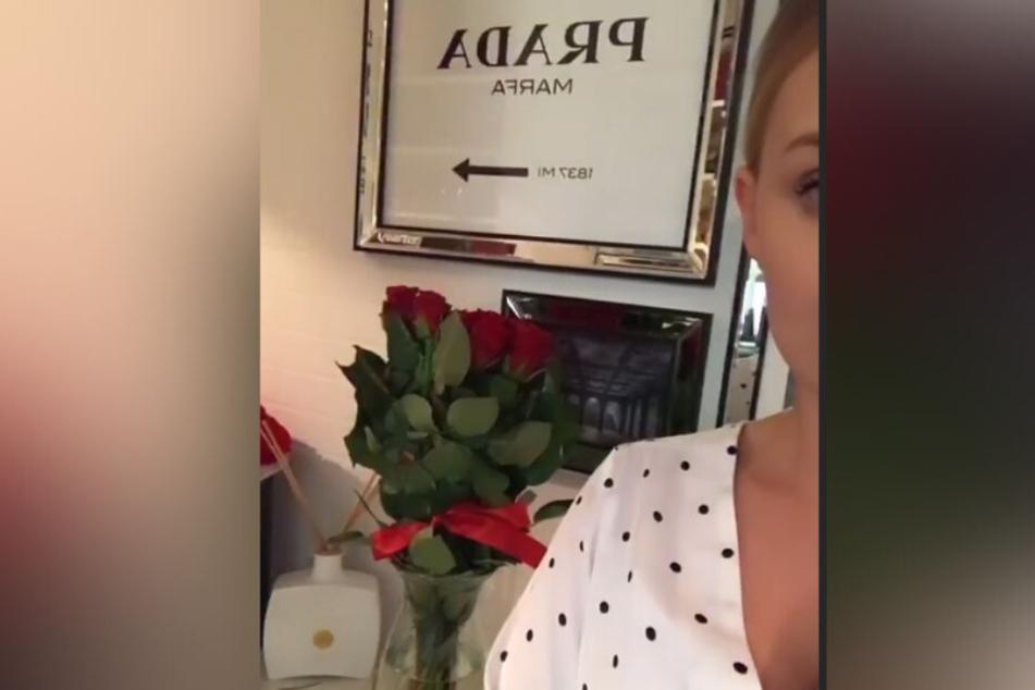 Im Hintergrund sind die Rosen zu sehen, die Erika zugeschickt worden sind.