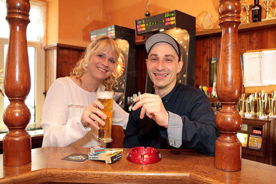 Eine Zigarette zum frischgezapften Bier: Marcel Knifte (32) freut's und  Wirtin Katja Roscher (46) stört's nicht.