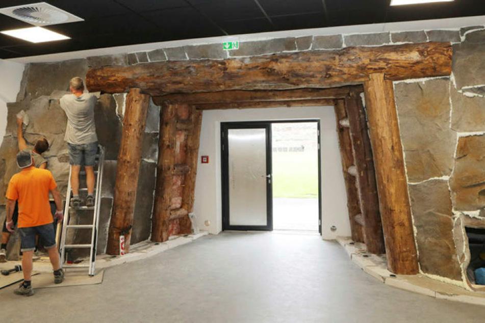 Die Handwerker haben bis zum Schluss am neuen Spielertunnel gearbeitet. Er ist dem Eingang eines Bergarbeiterstollens nachempfunden.