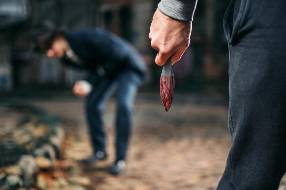Ein Jugendlicher stach auf einen anderen Jugendlichen ein. Er erlitt lebensgefährliche Verletzungen.