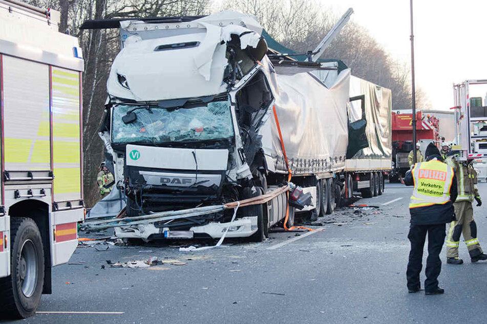 Einer der Fahrer überlebt den Lkw-Crash nicht.