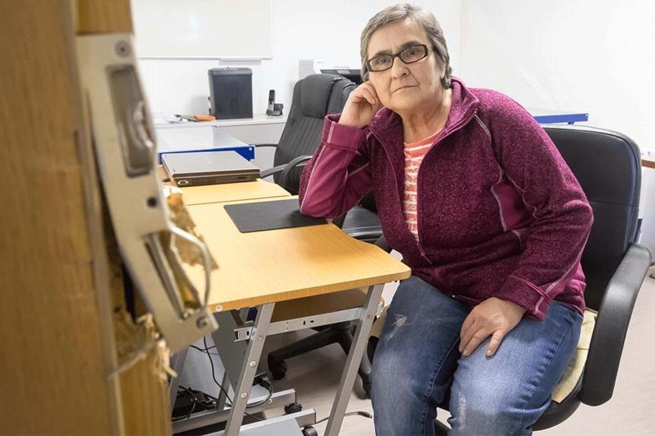 Mitarbeiterin Sabine Wohlrab (64) sitzt fassungslos im aufgebrochenen Computerkabinett des Seniorentreffs.