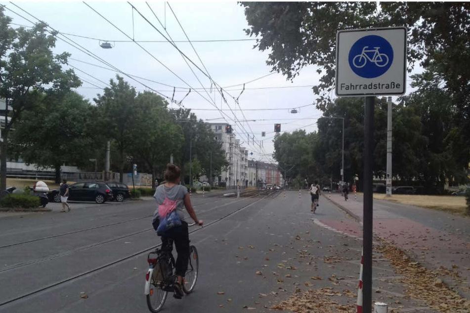 Räder vor! Die Zülpicher Straße im Inneren Grüngürtel an der Uni-Mensa ist jetzt eine Fahrradstraße.