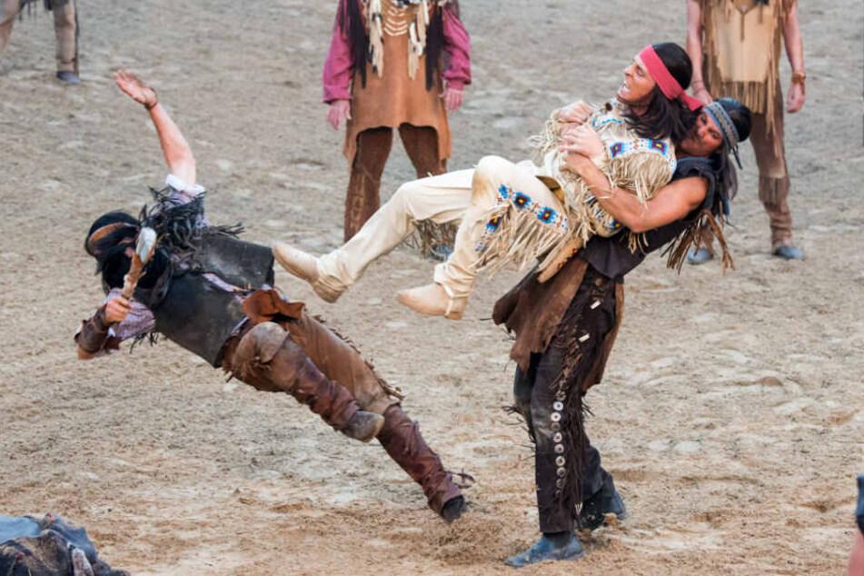 Alexander Klaws (Mitte) setzt sich als Winnetou gegen seine Kontrahenten zur Wehr.
