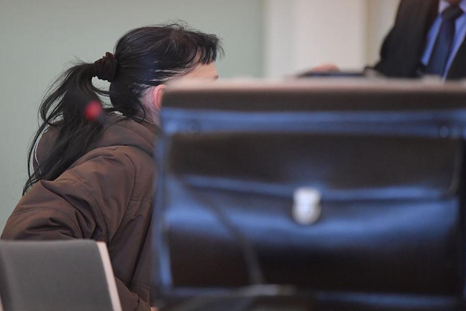 Die Angeklagte sitzt in einem Verhandlungssaal des Landgerichts. Im Prozess geht es uwegen sexuellen Missbrauchs ihres eigenen Kindes