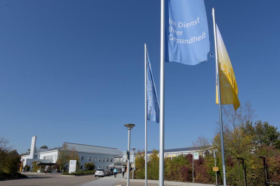 """In der Donau-Ries Klinik war ein Arzt nicht """"Im Dienst der Gesundheit"""", wie es auf den Flaggen vor dem Gebäude heißt."""