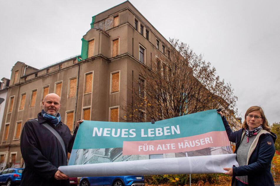 Sie suchen Investoren für das frühere Hofbräuhaus in der Straße der Nationen: Stadtplanungsamtsleiter Börries Butenop (55) und Sabine Hausmann (Agentur StadtWohnen).