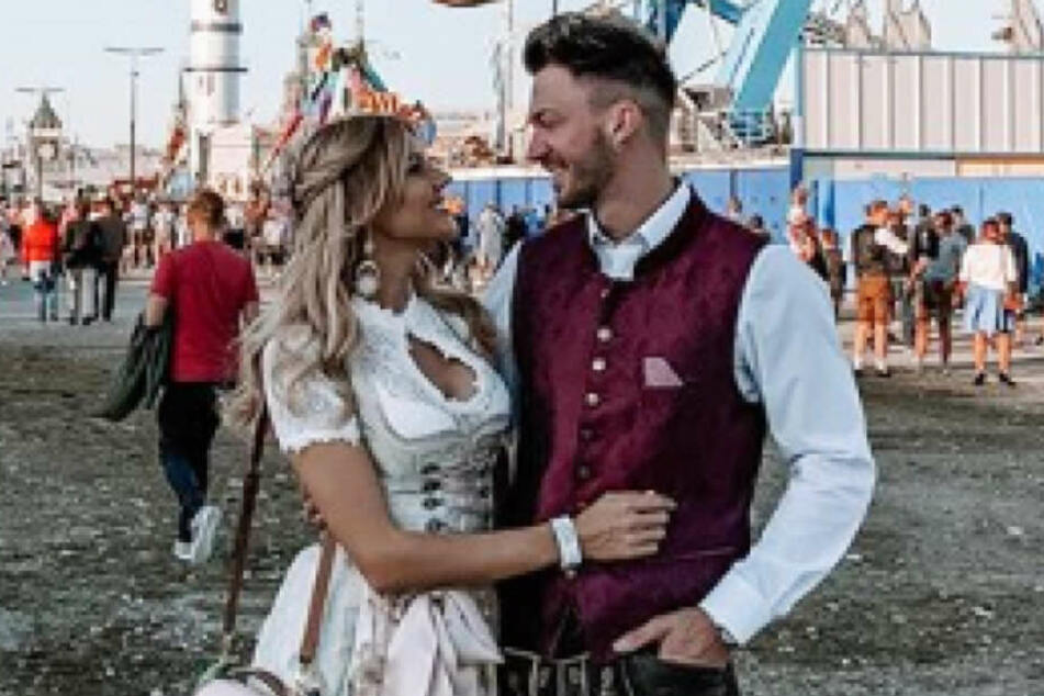 Gerda (26) und Keno (28) werfen sich verliebte Blicke zu.