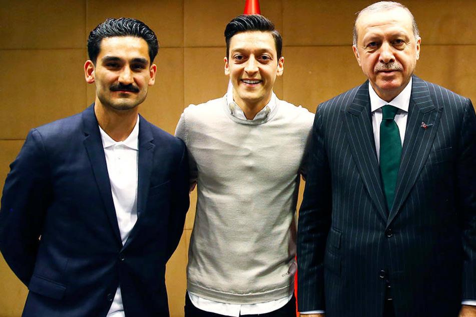 Das Foto, das für viel Kritik sorgte: Ilkay Gündogan (l.), Mesut Özil (m.) und Recep Tayyip Erdogan (r.).