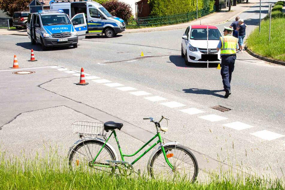 DIe Polizei untersucht die genaue Unfallursache eines Zusammenstoßes von Opel und Fahrrad.