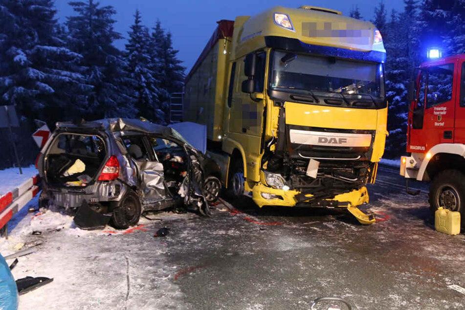 Beim dem Unfall nahe Oberhof verloren zwei 64 und 44 Jahre alte Frauen aus Nordrhein-Westfalen ihr Leben.