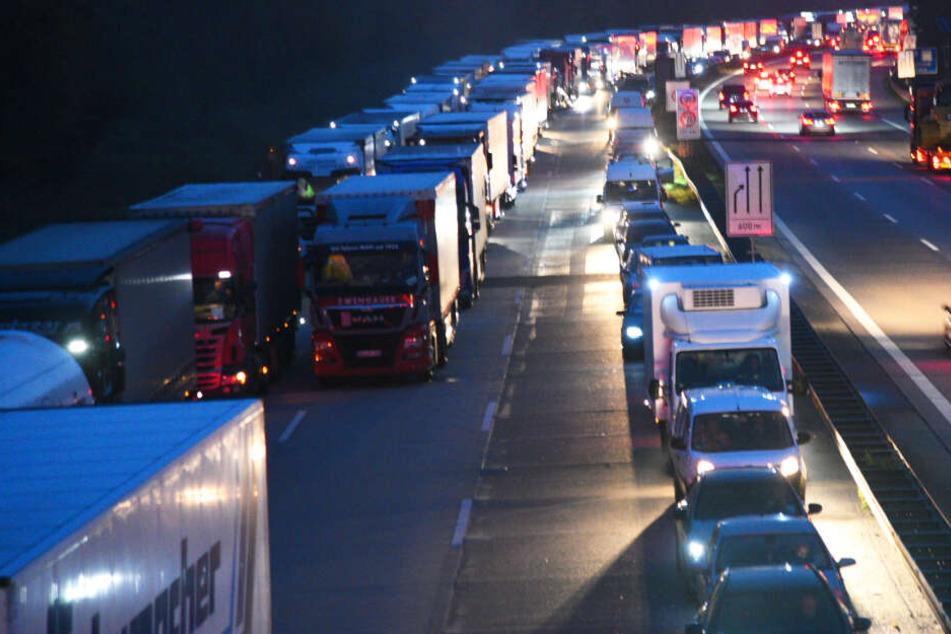 Stauchaos auf A5 im Berufsverkehr: Lkw verliert nach Unfall Ladung, Vollsperrung