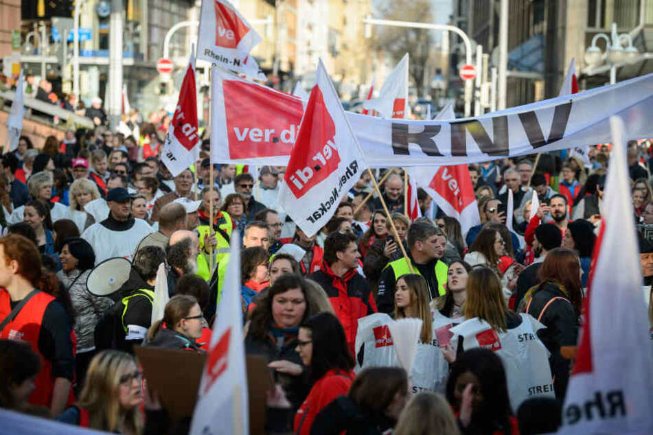 Die Gewerkschaft fordert für Beschäftigte von Bund und Kommunen sechs Prozent mehr Geld, jedoch mindestens 200 Euro mehr im Monat.