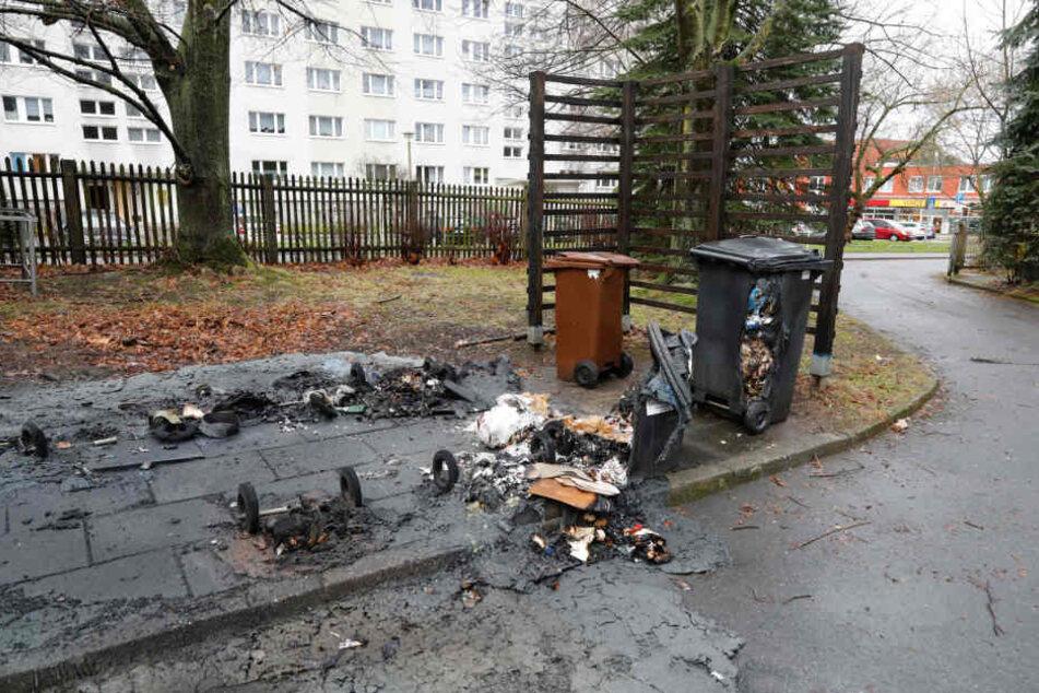 Von den abgebrannten Containern blieben teilweise nur die Räder übrig.