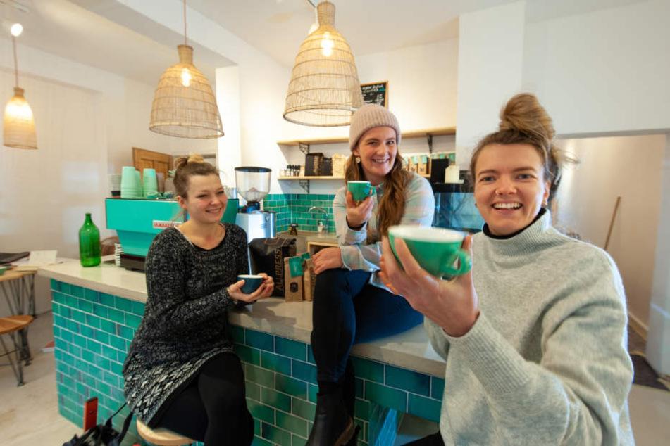 """Tina Stapel (28), Susann Heidler (29) und Jeanine Lindenhahn (29 v.l.) erfüllen sich mit """"Dreamers Coffee & Wholefood"""" einen Traum."""