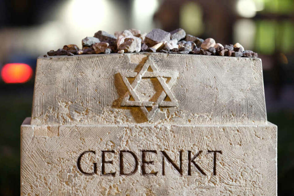 In der Nacht zum 10. November 1938 brannten in Leipzig Synagogen, Geschäftshäuser von Juden, eine jüdische Schule sowie der neue israelitische Friedhof. Mehrere Juden kamen ums Leben.