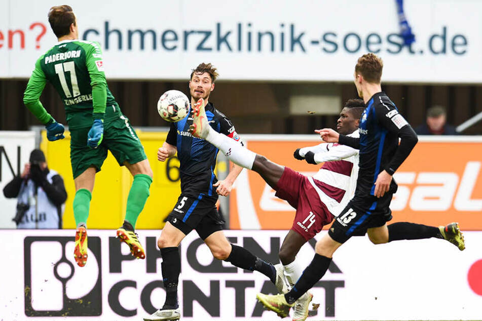 Einmal tauchte Dynamo-Angreifer Moussa Koné (2.v.r.) gefährlich vorm gegnerischen Tor auf. Mit gestrecktem Bein brachte er den Ball allerdings nicht an SCP-Keeper Leopold Zingerle (l.) vorbei.
