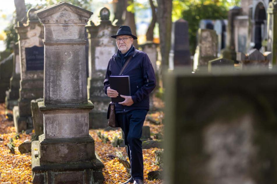Udo Mayer (70) ist Gästeführer und Mitglied des Freundeskreises der Jüdischen Gemeinde Chemnitz. Er setzt sich für den Erhalt der historischen Grabsteine ein.