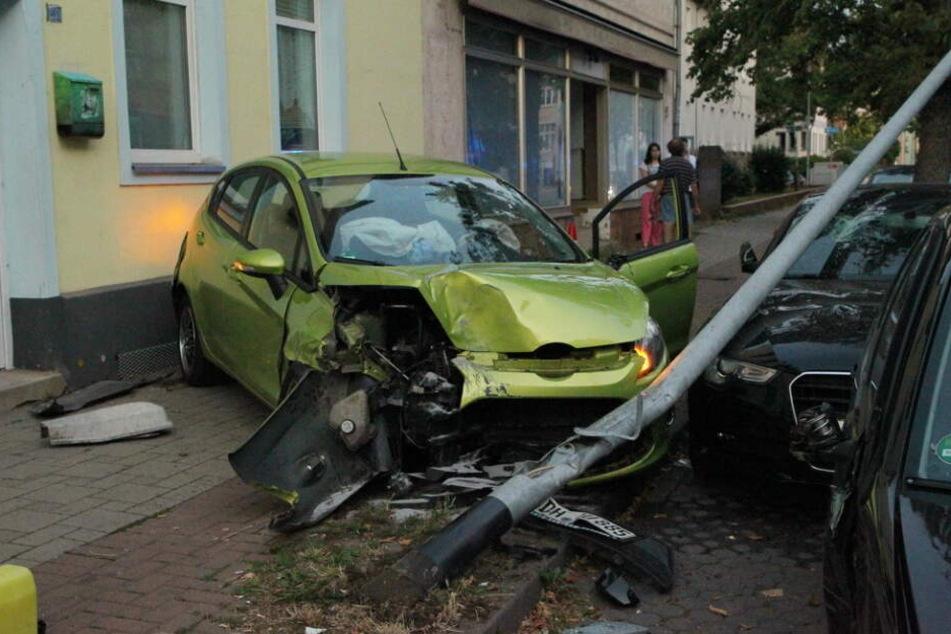An den Autos und an der Laterne entstand Totalschaden.