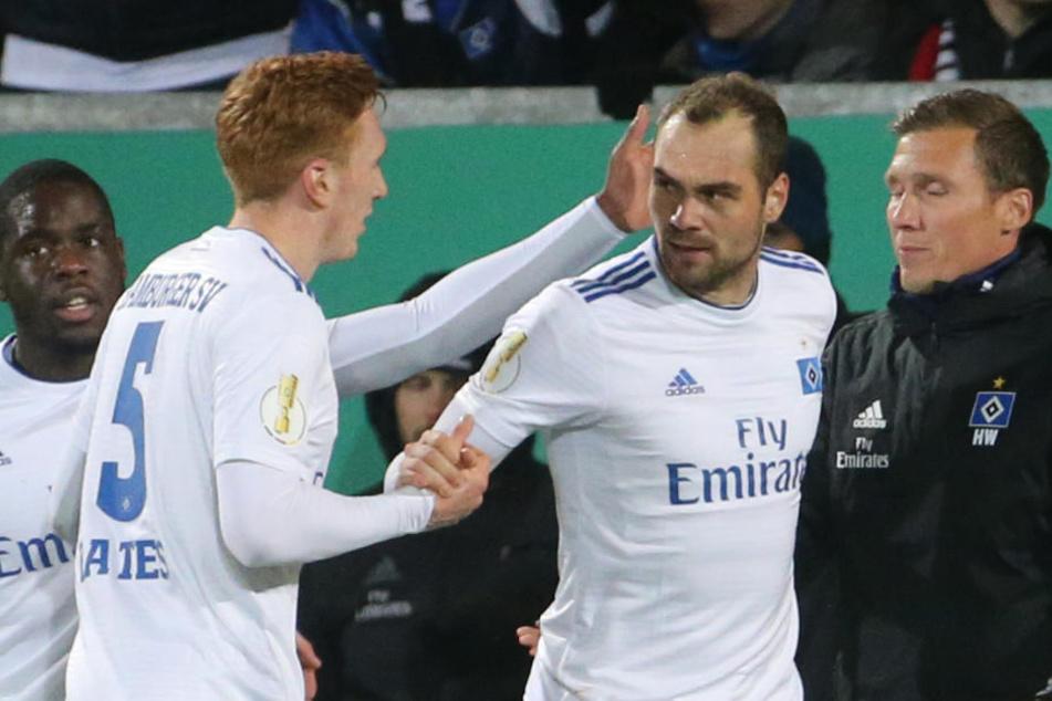 Torschütze Pierre-Michel Lasogga (Mitte) jubelt nach dem 1:0 mit David Bates (links) und Trainer Hannes Wolf.