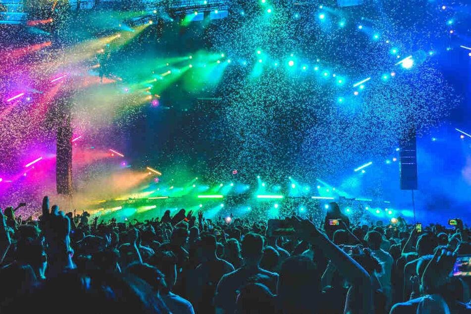 Unzählige Menschen feiern auf einem Festival. (Symbolbild)