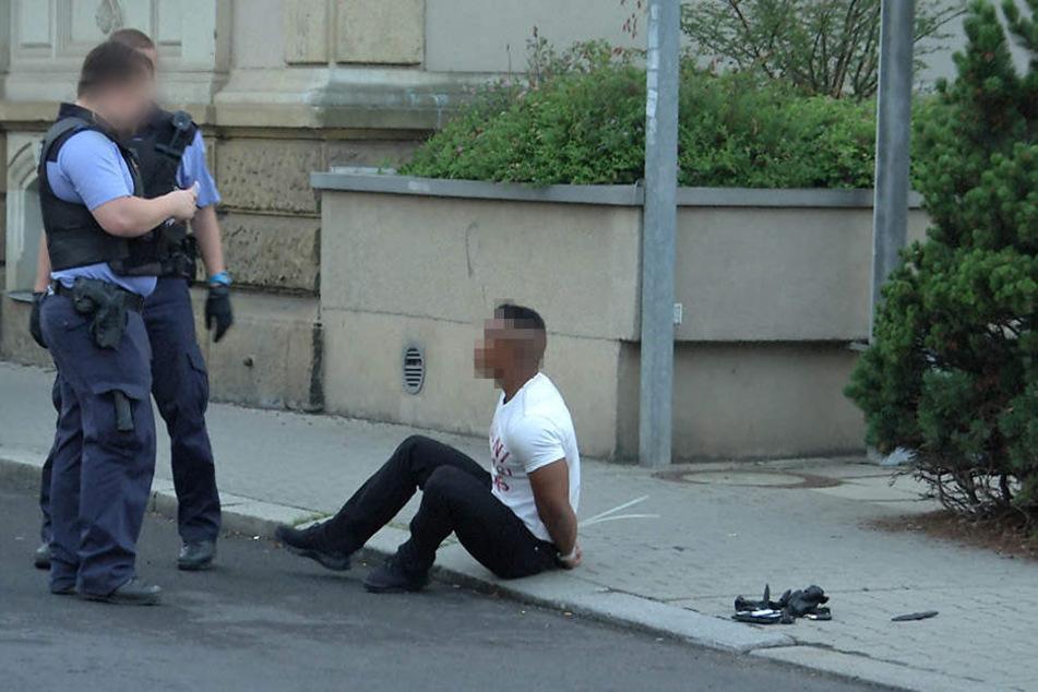 Die Polizei nimmt die Personalien auf.