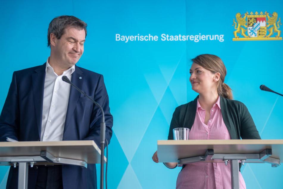 Markus Söder (CSU), Ministerpräsident von Bayern, und Judith Gerlach (CSU), Bayerns Staatsministerin für Digitales, nehmen an einer Pressekonferenz nach der Kabinettssitzung teil.