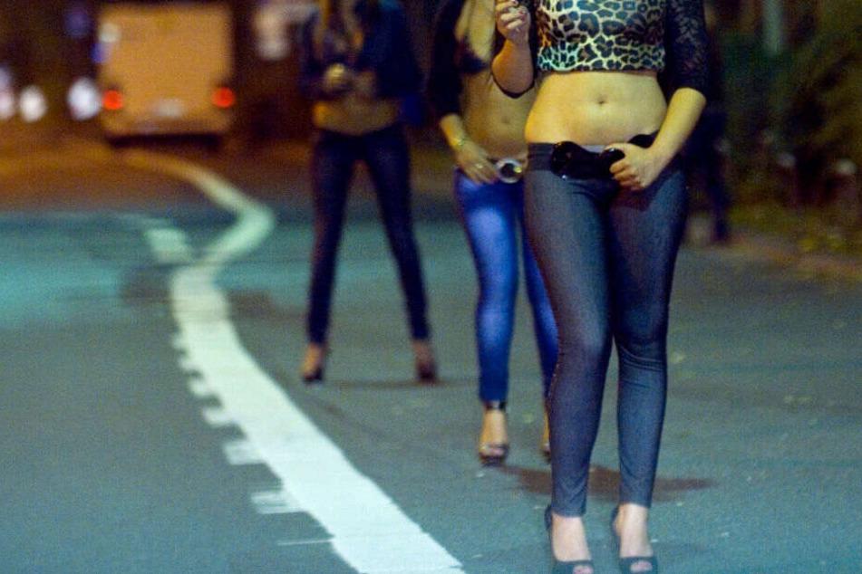 Prostituierte stehen am Straßenstrich.