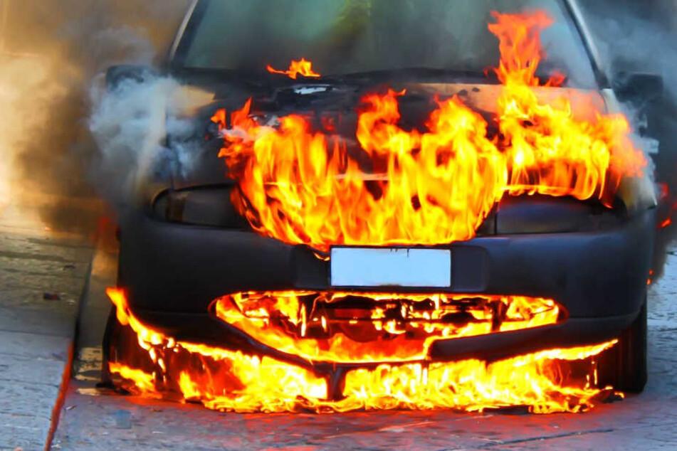 Pkw kollidiert mit Baum und brennt aus - Fahrer an der Unfallstelle verstorben