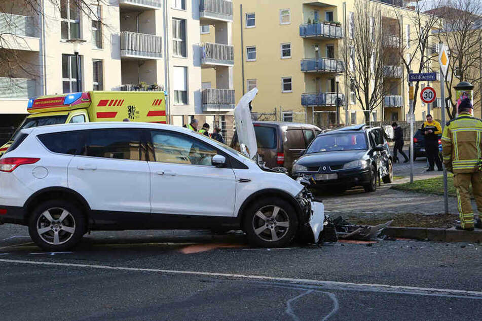 Drei Personen wurden bei dem Unfall verletzt.