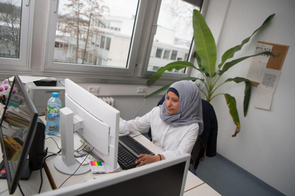 Die syrische Wissenschaftlerin an ihrem Arbeitsplatz.