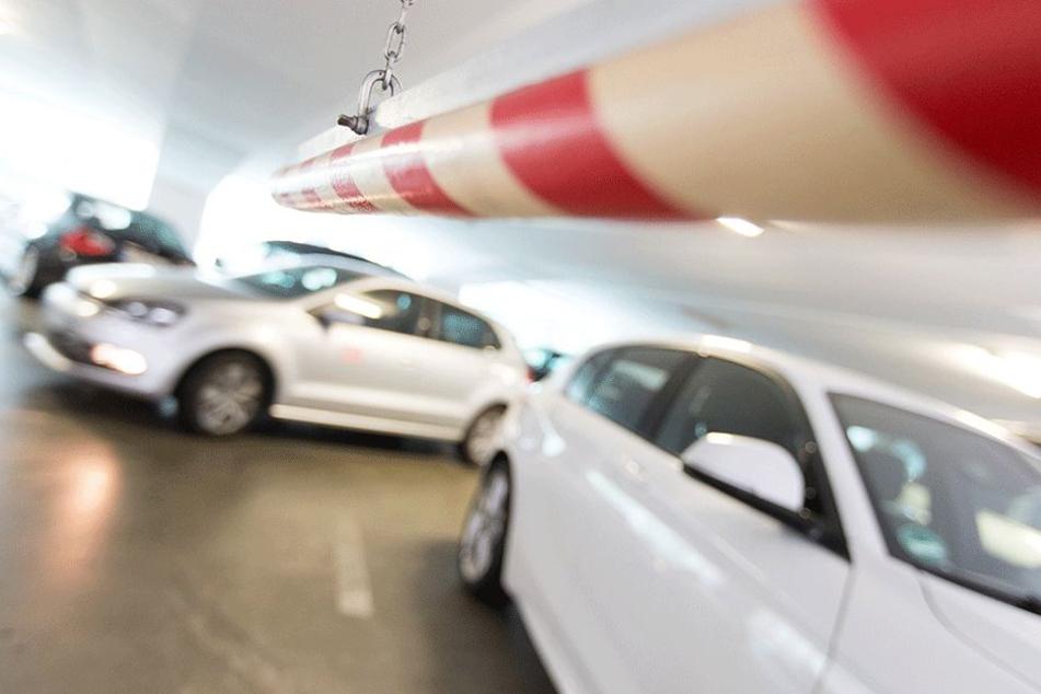 70-Jähriger stirbt durch in Parkhaus allein rollendes Auto