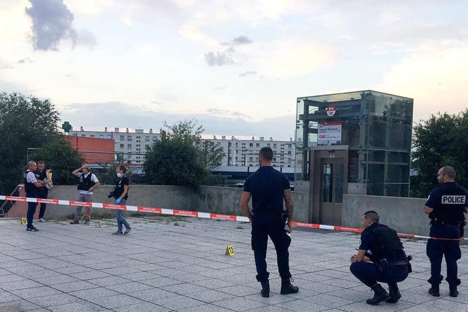Polizisten sperren den Tatort ab, wo ein Angreifer eine Person zu Tode erstochen haben soll und daraufhin verhaftet wurde.