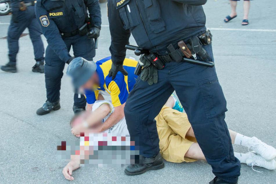 Ein Leeds-United-Fan kümmert sich um einen blutenden Kameraden.