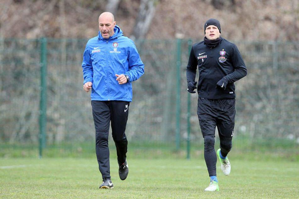 Seit gestern trainiert Nicky Adler wieder mit dem Team. Hier läuft er mit Fitness-Trainer Werner Schoupa (l.).
